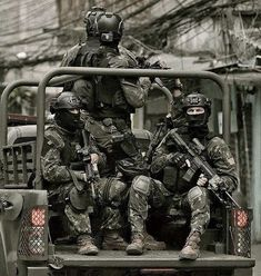 Brazilian Army SF operator's patrolling in Rio with - GunPorn Military Gear, Military Army, Military Life, Us Army, Ghost Recon 2, Military Special Forces, War Dogs, Military Pictures, Modern Warfare