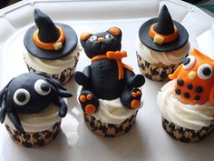 Eu adoro cupcakes. De vez em quando faço, mas nada muito artístico! Estes para o tema Halloween estão lindos!   ~~~~~~~   I love cupcakes. ...