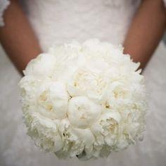 Bouquet de pivoine. Total look blanc