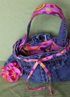 Jean Purse -Sugar Bee Crafts: sewing, recipes, crafts, photo tips, and more!: Jean Purse - Quick and Easy Diy Jeans, Jean Crafts, Denim Crafts, Blue Jean Purses, Diy Vetement, Denim Purse, Denim Ideas, Recycled Denim, Recycled Crafts
