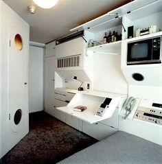 Completed in 1972 in Tokyo, Japan. Architect Kisho Kurokawa was very innovative in his creation of the Nakagin Capsule Tower in which was the first capsule architecture design. Futuristic Interior, Futuristic Design, Small Apartments, Small Spaces, Studio Apartments, Kisho Kurokawa, Nakagin Capsule Tower, Spaceship Interior, Capsule Hotel