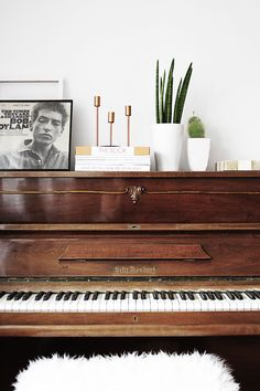 Also essential for my home--the brown piano. I'll keep the Bob Dylan but lose the furry, white piano bench. Interior Design Trends, Home Design, Interior Inspiration, Design Ideas, Autumn Inspiration, Room Inspiration, My Living Room, Home And Living, Piano Living Rooms
