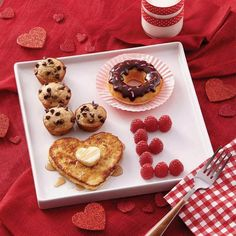 *(This idea looks cute for father's day, too. And you could switch the food to what you think is the best). LOVE valentine's day breakfast ideas - cute Valentine's day ideas - breakfast in bed Valentines Day Food, Valentine Day Love, Valentines Breakfast, Mothers Day Breakfast, Romantic Valentines Day Ideas, Valentines Day Gifts For Him Diy, Diy Valentine's Gifts For Him, Romantic Boyfriend Birthday Ideas, Anniversary Ideas Boyfriend