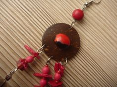 Three red feathers earring: particular: Guairuro seed.