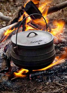 WINNING Potjie Recipe (and yes you may try this at home) Traditional Lamb and Potato Potjie, South Africa ~ Recipe Open Fire Cooking, Dutch Oven Cooking, Cast Iron Cooking, Cooking Ribs, Cooking Salmon, Cooking Light, South African Dishes, South African Recipes, Marmite En Fonte