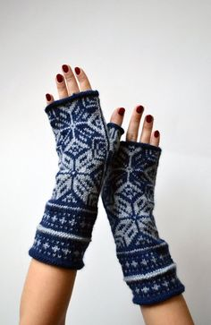 Scandinavian Fingerless Gloves  Grey and Navy Blue by lyralyra