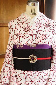 白地に映える綺麗な赤で、杜若をモダンにアレンジしたようなグラフィカルなフラワーでサインが染め出された注染レトロ浴衣です。