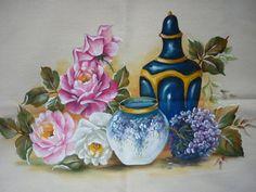 Lindo pano de copa com jarros de porcelana e rosas. Desconheço a autoria deste projeto mas a pintura foi feita por mim.