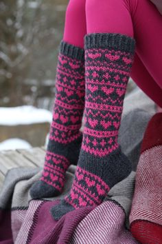 Fair Isle Knitting, Knitting Socks, Hand Knitting, Knitting Projects, Knitting Patterns, Fishnet Leggings, Cozy Socks, Yarn Crafts, Diy Crafts