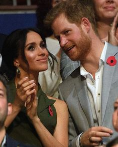 27/11-2018. Day 12. Sidney. Harry and Meghan attended the Invictus Games closing ceremony thanking all families and participants for their interest and involvement. Hoping to see all in 2020 in the Netherlands. For this occasion, Meghan wore an olive green tuxedo-style dress by Antonio Berardi – teaming it with a pair of nude heels and gold jewellery. Shoes from Aquazzura, earrings from Nathalie Marie, bracelets from Pippa Small Jewelry and bag by Cuyana.