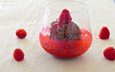 Una golosa mousse al cioccolato fondente con salsa ai lamponi.
