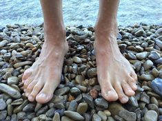 Having flat feet might be a difficulty in life. Many problems and uncomfortable situations happen when you have flat feet. It's time to change that. Barefoot Beach, Barefoot Men, Barefoot Running, Walking Barefoot, Diabetes, Flat Feet, Bunion, Les Rides, Beginner Painting