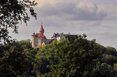 Veste Heldburg  Die Veste Heldburg war eine hochmittelalterliche Höhenburg die im 16. Jahrhundert als Schloss im Stil der Renaissance umgebaut wurde. Sie erhebt sich auf einem zum ehemaligen Vulkangebiet Heldburger Gangschar gezählten 405 m hohen Vulkankegel 113 Meter über dem Ort Heldburg im Heldburger Land in Thüringen. Im 12. oder 13.Jd. gegründet wird sie aufgrund ihrer exponierten Lage seit dem 14. Jahrhundert auch Fränkische Leuchte genannt als Pendant zur Fränkischen Krone der in…