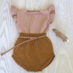 Knitted sunshine playsuit - Paelas is the cutest outfit I have seen yet Little Fashion, Baby Girl Fashion, Toddler Fashion, Fashion Kids, 90s Fashion, Knitted Baby Clothes, Baby Kids Clothes, Boho Baby Clothes, Knitted Romper