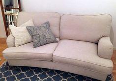 Vit Lejonet howardsoffa, 2-sits svängd. Soffa, howard, möbler, inredning, vardagsrum, mässing. http://sweef.se/soffor/91-lejonet-soffa-howard-svangd.html