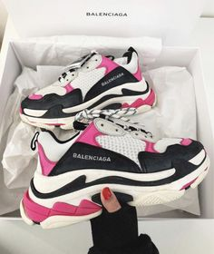 af9aef85586 Pin by snkraddicted – Sneaker Inspirationen   Outfits on sneaker  inspiration ❤ in 2019