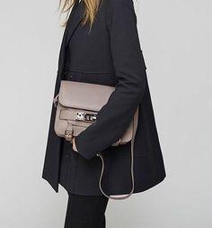 Proenza Schouler bag and black coat Fashion Killa, Look Fashion, Fashion Beauty, Autumn Fashion, Womens Fashion, Fashion Trends, Minimal Chic, Minimal Classic, It Bag