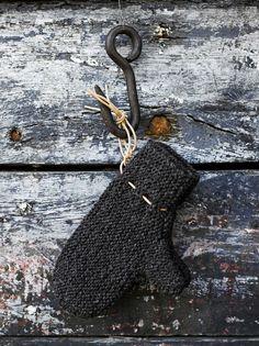 Neulo pehmoiset ja vedenpitävät lapaset. Valmiit lapaset kannattaa pestä käsin, sillä villa huopuu.