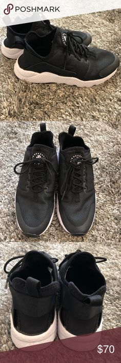 29c00edb9780 EUC women s Nike Huarache shoes Only worn times before I️ realized I️  needed a half size larger. Nearly no signs of wear except on the soles.