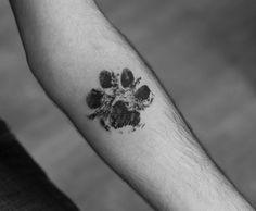2017 trend Animal Tattoo Designs - Blackwork paw print tattoo by Wagner Basei. Dog Tattoos, Animal Tattoos, Print Tattoos, Simple Tats, Dog Memorial Tattoos, Aquarell Tattoos, Worlds Best Tattoos, Tattoo Zeichnungen, Geniale Tattoos