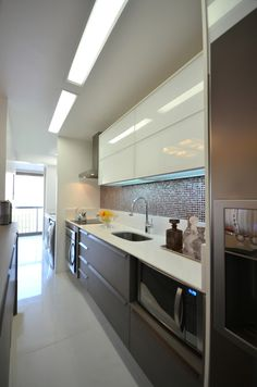 Modern Home Decor Tips To Make Any Home Look Fabulous Kitchen Furniture, Kitchen Dining, Kitchen Cabinets, Modern Kitchen Design, Interior Design Kitchen, Deco Design, Kitchen Colors, Kitchen Remodel, Sweet Home