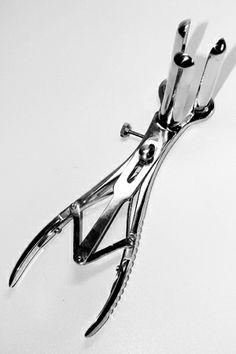 Très beau spéculum anal avec trois branches en acier chirurgical pour une exploration très profonde.