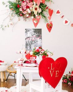 The lovely ladies of @beijosevents created this sweet #valentinesday date for @abbyguido's kiddos and we know you're going to love their ideas! Pop over to the blog to see lots more ❤️ goodness. : @yasminsarai