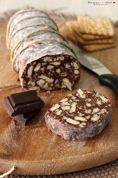 Salame al cioccolato. È un dolce fresco e leggero, senza burro e uova. Preparato con latte di soia, cioccolato fondente, biscotti, cocco e nocciole.