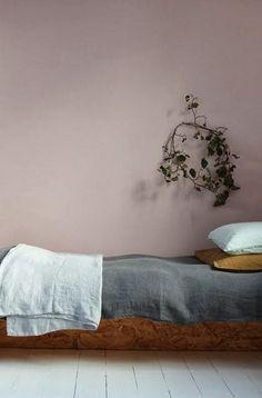 Rosa vägg i sovrum