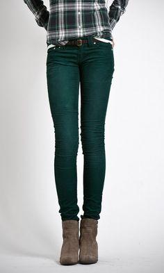 Pantalones pitillo de pana fina, tiro bajo y cinco bolsillos. Colección Portobello.