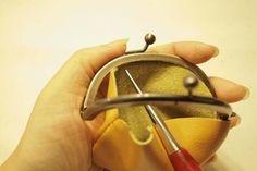 口金の中心に合わせ本体を目打ちで差し込んでいきます。 Leather Bag Pattern, Clip Wallet, Leather Craft, Evening Bags, Purses, Metal, Handmade, Crafts, Totes