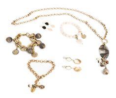 gioielli in metallo brunito e argento, madreperla, pietre dure e cristalli con elementi decorativi