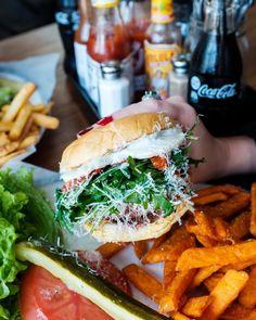 "3,665 Me gusta, 48 comentarios - Black Tap Craft Burgers & Beer (@blacktapnyc) en Instagram: ""BISON time🍔#bisonburger #mozzarella #arugula #sweetpotatofries #eeeeeats #foodie #burger…"""