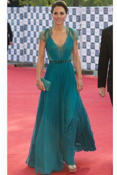 La duquesa de Cambridge, volvió a dar una lección de estilo en con un impresionante vestido de Jenny Packman azul de gasa y encaje, que combinó con sandalias plateadas de Jimmy Choo y clutch del mismo tono que el vestido. ¡Parecía una auténtica diva de Hollywood!