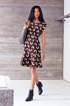 rachel comey - piękna sukienka z dużą przestrzenią na piersiach i pięknie leciutko rozkloszowana, falbana na dole + cięższe buty (czy to moja sukienka granat srebro fiolet w innych kolorach?)