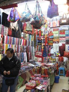 16 Specialty Markets in Shanghai That Any Shopaholic Will Love: 580 Nanjing Road Souvenir (