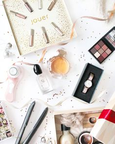 My next #giftguide has gone live and im so excited to be sharing my next instalment!  ... Today im bringing all the gift ideas for the gals with a mixture of beauty products from makeup to skincare and also electricals! So ive got you covered!  (link in bio) ... What beauty bits are on your Christmas wishlist? ... #picoftheday #christmas #giftguide #giftideas #giftsforher #beautygifts #flatlay #flatlaystyle #fragrance #hudabeauty #mauveobsessions #danielwellington #petitemelrose #thebodyshop…