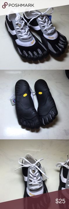 """*NWT* Five Fingers Vibram """"Speed Youth"""" 39 *NWT* Five Fingers Vibram """"Speed Youth"""" 39  White Black & Gray  See photos Vibram Shoes Athletic Shoes"""