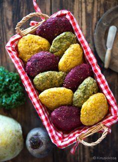 Sadonkorjuusämpylät  Punajuurta, lanttua, porkkanaa, lehtikaalta, kesäkurpitsaa… Kasvikset eivät jää näissä sämpylöissä muodollisuudeksi, vaan ne maistuvat, tuoksuvat ja näkyvät! Tämän sämpyläreseptin tavoite oli ujuttaa kasviksia arkiseen leipäherkutteluun. Juuresleipää myydään valmiinakin, mutta juuresten osuus on verrattain pieni. Tämä taikina sisältää enemmän kasviksia kuin esimeriksi perinteiset porkkanasämpylät, joissa porkkana ei juuri maistu. Savoury Baking, Baking Recipes, Cereal, Raspberry, Yummy Food, Snacks, Fruit, Breakfast, Healthy