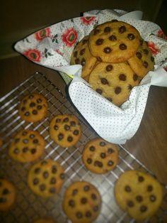 Hola a tod@s!!! Hoy voy a preparar unas ricas galletas con chips de chocolate perfectas para desayunar y muy fáciles de hacer. INGREDIENTES: 125gr de mantequilla a temperatura ambiente 100gr de azú…