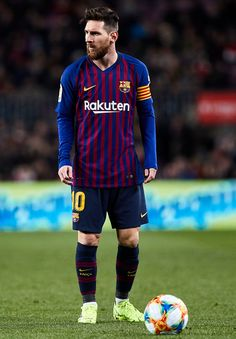 Lionel Messi of FC Barcelona before a free kick during the Copa del Rey second leg Quarter Final match between FC Barcelona and Sevilla FC at Nou Camp on January 2019 in Barcelona, Spain. Erstklassige Nachrichtenbilder in hoher Auflösung bei Getty Images Messi 10, Lional Messi, Messi Soccer, Messi And Ronaldo, Cristiano Ronaldo, Ronaldo Real, Nike Soccer, Soccer Cleats, Real Madrid Atletico