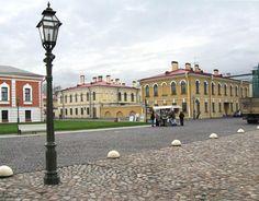 Maison des officiers à droite et du Major de la Forteresse derrière - Saint Petersbourg - Construites de 1843 à 1844 par l'architecte Anton Kutsi.