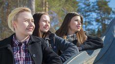 Lukiolaiset Sylvia Korvajärvi ja Jenna Viitanen sekä lukiosta valmistunut Aino Toivonen ovat suuntaamassa Paltamosta eri suuntiin. Couple Photos, Couples, Couple Shots, Couple Photography, Couple, Couple Pictures