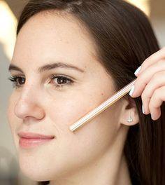Applica il fard usando una matita o un pennello come guida per delineare gli zigomi