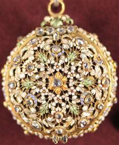 Montre ronde signée DEBAUFRE Pierre, Paris, 2 eme moitié du XVII eme. Or, diamants, laiton doré, fer. Musée national de la Renaissance, Ecouen.