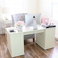 Girly office by @thesparklylifestyle