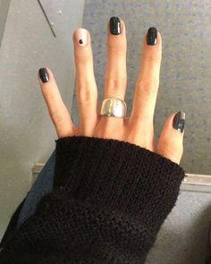 Black nails with single nail dot - nail art - nail ideas - nail inspiration - manicure Black Stiletto Nails, Pointed Nails, Black Manicure, Black Nail Art, Dot Nail Art, Black Nails Short, Short Nails Art, Black Dot Nails, Short Gel Nails
