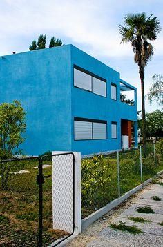 Note that this building is BLUE! Colour Architecture, Modern Architecture, Le Corbusier, Changchun, France, Aquitaine, Bordeaux, Paintings, Spaces