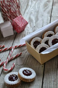 La Cucina di Stagione: Biscotti Linzer di Natale Christmas Food Gifts, Christmas Cooking, Best Italian Recipes, Italian Desserts, Cookie Gifts, Cookie Desserts, Biscuits, Biscotti Cookies, Cookie Packaging