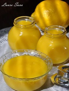 Sunt sigura ca ati mai auzit de Lemon Curd. Acea crema de lamaie delicioasa, pe care englezii o savureaza deja de sute de ani, alaturi de scones si alte preparate traditionale, la ceaiul de la ora 5... Romanian Desserts, Romanian Food, My Recipes, Cookie Recipes, Dessert Recipes, No Cook Desserts, Pastry Cake, Cake Shop, Lemon Curd